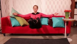Her viser Anne Marte deg hvordan du kan trene fra sofakroken