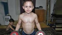 Giuliano (9) sendte skrytevideo til vennene - sjekk musklene!