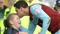 Premier League-spiss starter fotballskole for funksjonshemmede barn