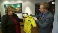 Erna fikk trøye signert av favorittsyklisten