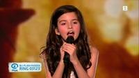 Her er synger Angelina på artistgallaen