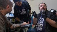 Her tatoverer Hank von Helvete band-kollegaen