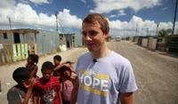 Bli med Edvald på besøk i slummen