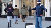 Se hva som skjedde da en muslimsk mann stilte seg opp på gata og ba om klem