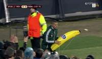 Gervinho fikk oppblåsbar banan kastet etter seg