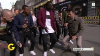 Se TV 2-programlederens elleville forsøk på hoftevrikking midt på Karl Johan
