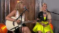 Nicoline Berg Kaasin og Elisabeth Torstuen synger backstage i The Voice