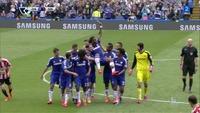 Drogba båret av banen på gullstol av Chelsea-stjernene