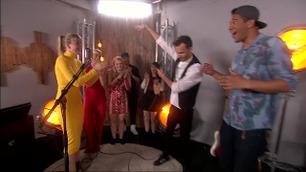 Rap-battle mellom Marianne Engebretsen og Filip Bernard Jensen backstage i The Voice