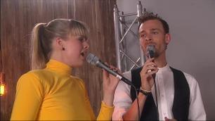 Filip Bernard Jensen og Marianne Engebretsen opptrer backstage i The Voice