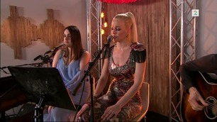Finalistene Yvonne og Nicoline framfører låta Crazy