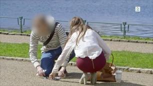 Jenta med trangt miniskjørt får lettere hjelp når hun mister veska