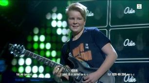Odin Landbakk spiller gitar i Norske Talenter-finalen