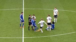 Fàbregas, hvorfor dundrer du ballen i Willians ansikt?