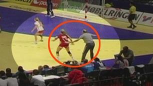 Her blir Sulland holdt igjen av Serbias trener