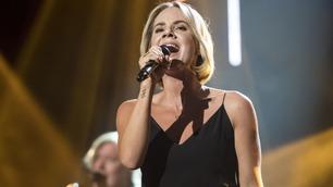 Gunnar Greve hyller Ina Wroldsen når hun synger «Lay It On Me» på Idol