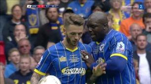 Her stjeler Akinfenwa ballen fra lagkameraten - tok straffen og scoret