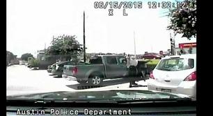 Her blir den afroamerikanske kvinnen kastet i bakken av politiet