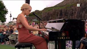 Eva Weel Skram skapte magisk stemning i Halden med Kvitnes-låt