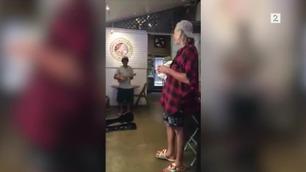 Gatemusikanten aner ikke hvem han synger med