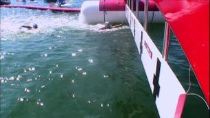 Her drar hun rivalen under vann for å vinne sølv