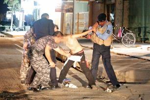 Se hvordan politiet jobber for å fjerne guttens bombebelte