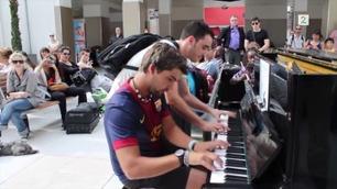 To fremmede fremfører fantastisk pianoduett på togstasjon i Paris