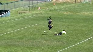 Spissen tar salto over keeper og lander på beina før han putter ballen i nettet