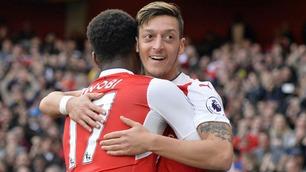 Özil-magi og to fra Walcott sikret Arsenal-seier i høydramatisk kamp