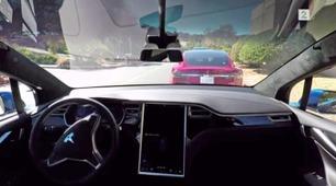 Her kjører og parkerer Teslaen helt av seg selv