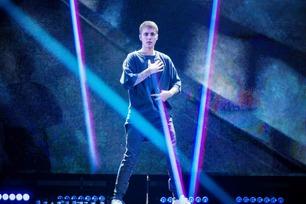 Justin Bieber stormer av scenen under konsert i Manchester i England