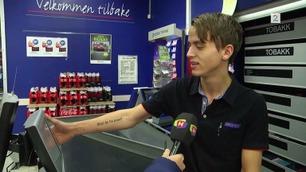Kundene ler høyt når Andre (19) viser frem tatoveringen