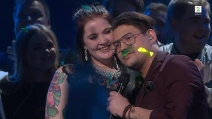 Thosebricks feiret seieren med kjæresten på scenen