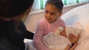 Her møter Michelle sin nye lillebror for første gang