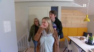 Huseierne blir overlykkelige av det de ser når de kommer opp trappen