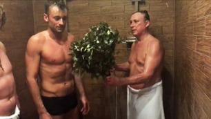 Her blir Petter Northug pisket og dynket med snø av halvnakne russere