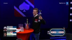 Se hånden som avgjorde poker-NMs main event.