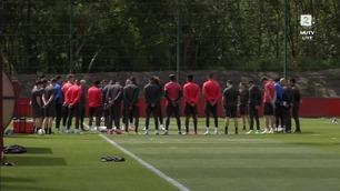 Manchester United hedret ofrene med ett minutts stillhet før treningen