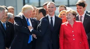 Her tar Trump tak og river i armen til Macron