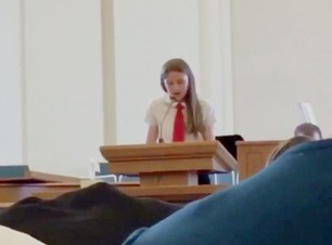 Her kommer Savannah (12) ut av skapet foran hele menigheten