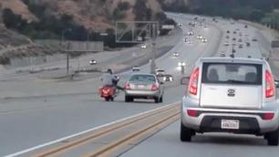 MC-føreren sparker til bilen – så går det fryktelig galt