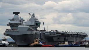 Her slepes britenes aller største krigsskip ut til sin jomfrutur i Nordsjøen
