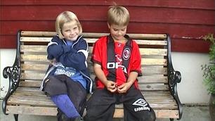 Her er Ada Hegerberg med søsteren før sin første fotballtrening. Nå skal de spille for Norge i EM