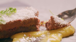 Slik lager du Caroline Berg Eriksens myke sjokoladekake med kokos og pasjonsfrukt- og mangosalsa