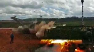Her skyter helikopteret en rakett mot tilskuerne