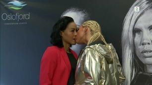 Erkerivalen sjokkerte Brækhus med kyss