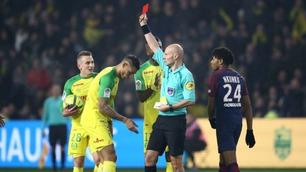 Sportsnyhetene: Bisarr takling fra dommeren - spilleren (!) ble utvist
