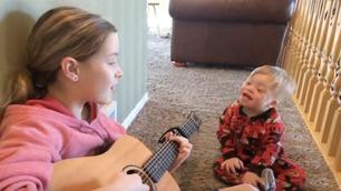 Sett av 25 millioner: Slik lærer hun lillebroren å snakke