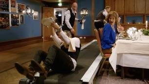 Servitørene må løpe på rullebånd – så går det galt