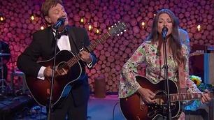 Hedrer Christel Alsos med vakker duett